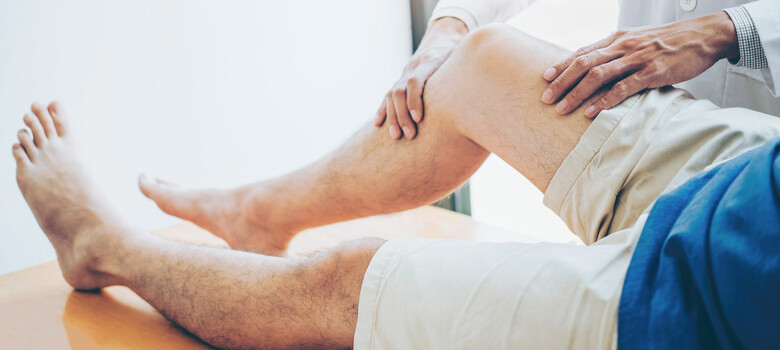 A doctor examine a patient's leg